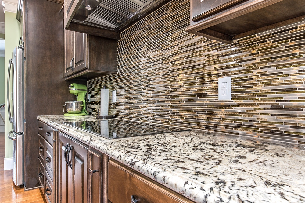 Delicatus White Granite Countertop Matched With Stacked Gl Tile Backsplash And Deep Brown Cabinetry